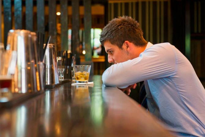 Quais são as causas do alcoolismo?