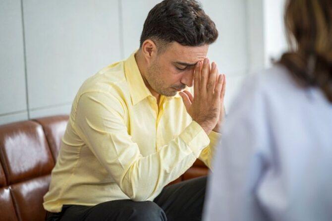 A empresa pode demitir uma pessoa com problema de alcoolismo?